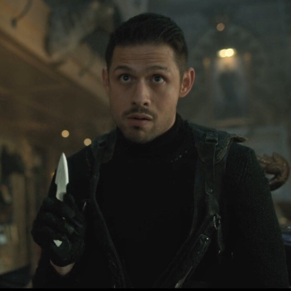 Diego Hargreeves Costume - The Umbrella Academy - Diego Hargreeves Knife